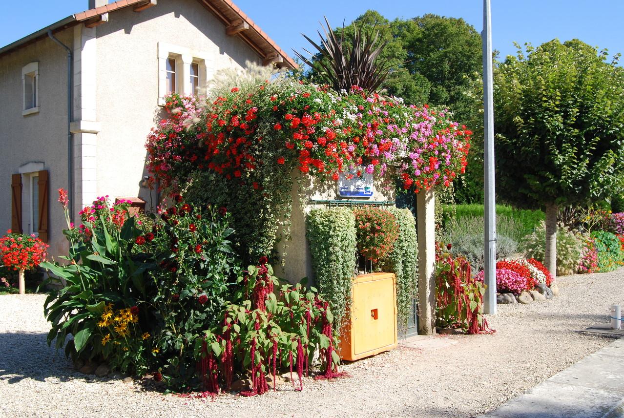 """Blumengeschmückte Schleuse """"Picardie"""" am Canal de Briare"""