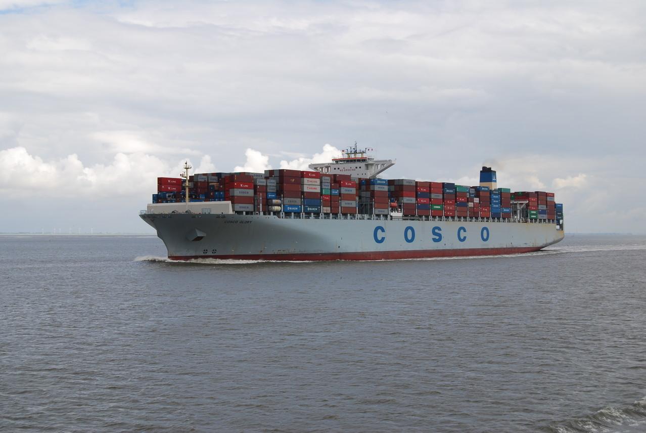 Ein Containerschiff der Reederei Cosco