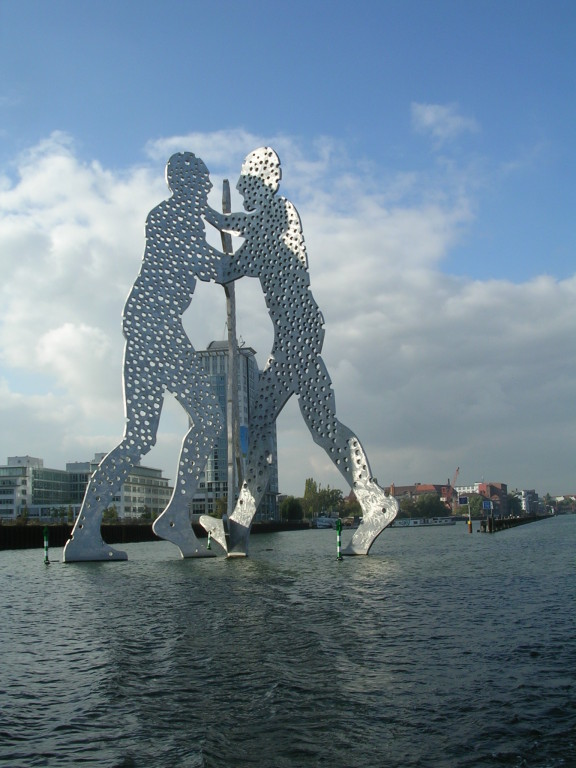 "Die Skulptur ""Molecule Man"" in der Spree"