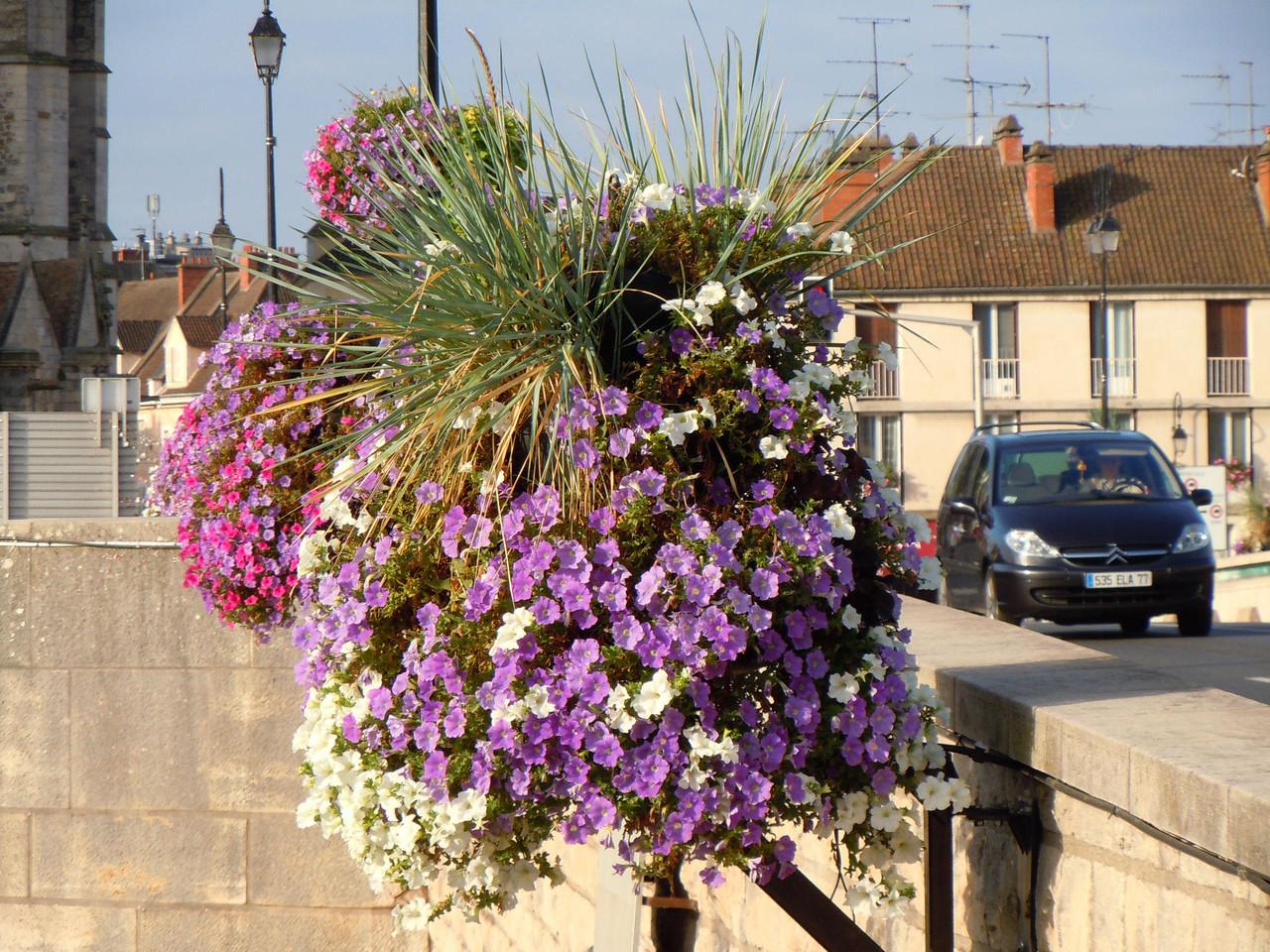 Blumenschmuck auf einer Brücke in Montereau