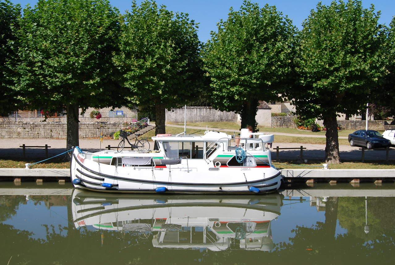Unser Boot vor der Schleuse Montbouy