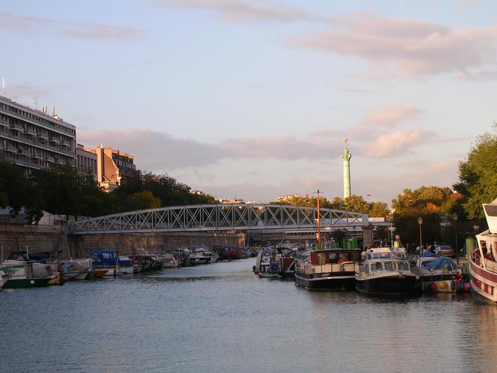 Port Arsenal Paris mit Blick auf die Bastille
