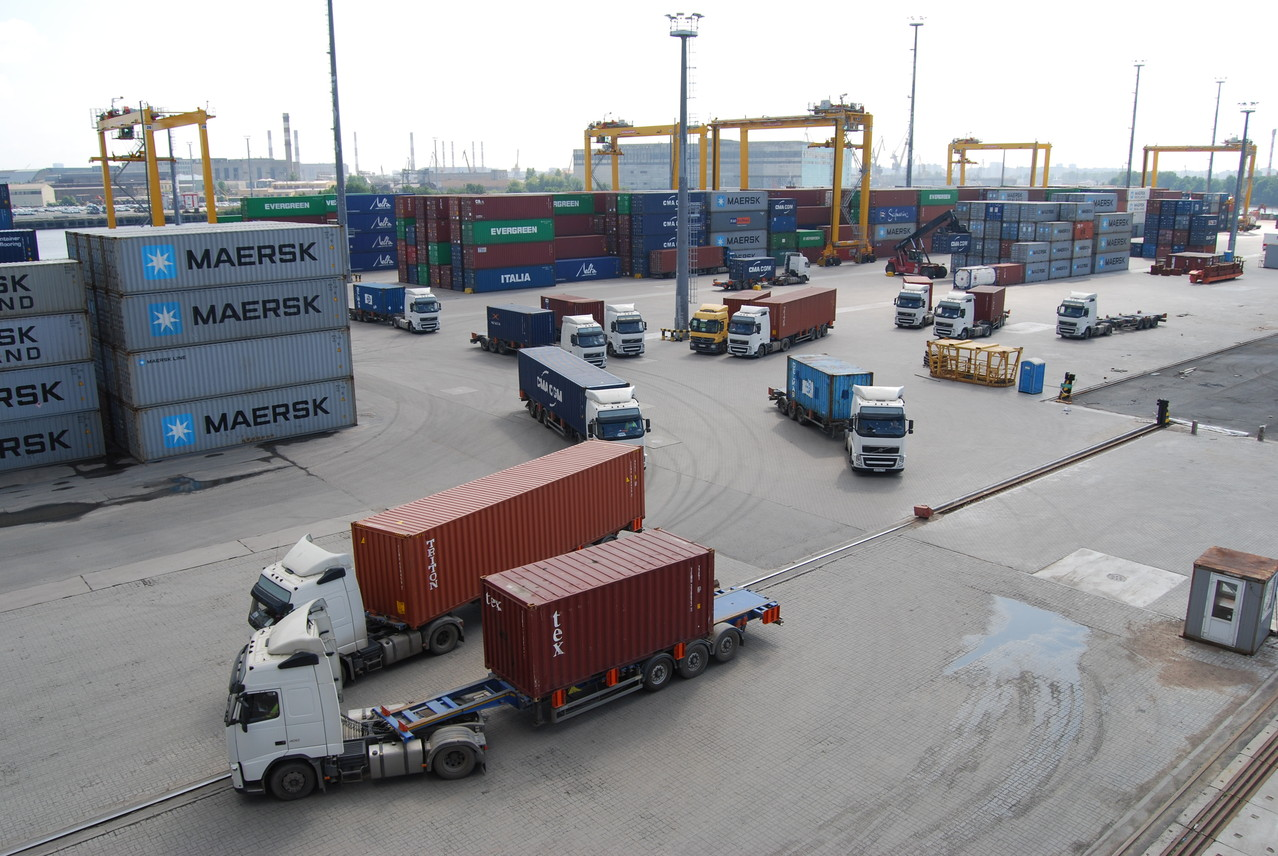 Die Container kommen per Sattelfahrzeuge