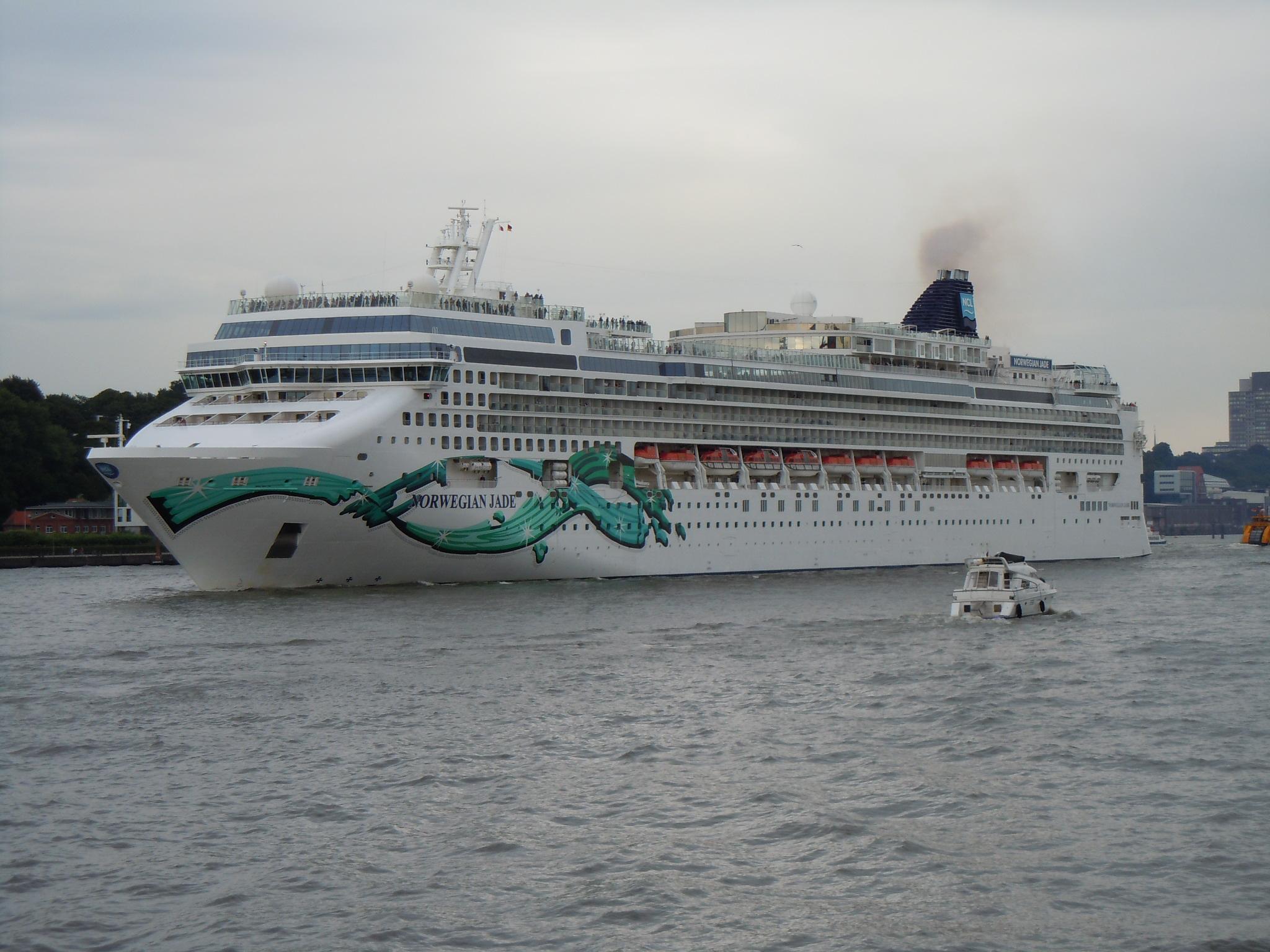 Norwegian Jade bei Abfahrt in Hamburg