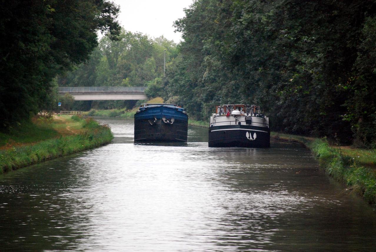Kreuzung zweier Frachtschiffe auf dem Canal du Loing