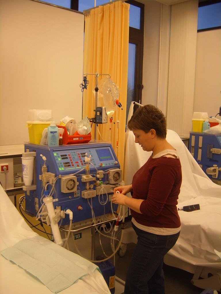 Montage de la machine par la patiente (Autodialyse)