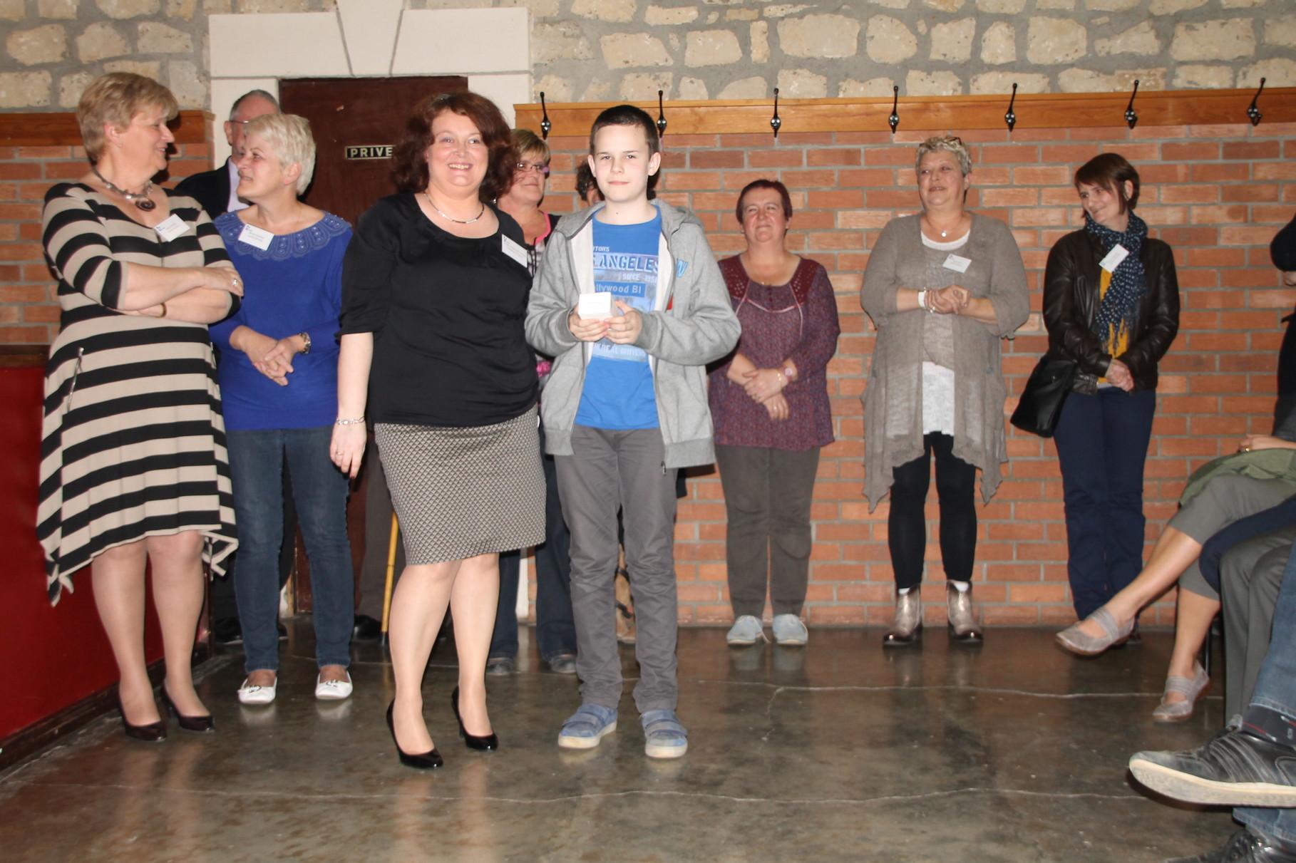 Benjamin Duym reçoit le 2ème prix remis par Christine Poncelet-Geimer