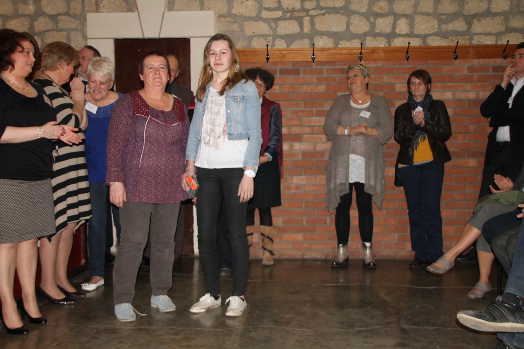 Aline Geeraerts reçoit le 5ème prix remis par Claudine Geimer