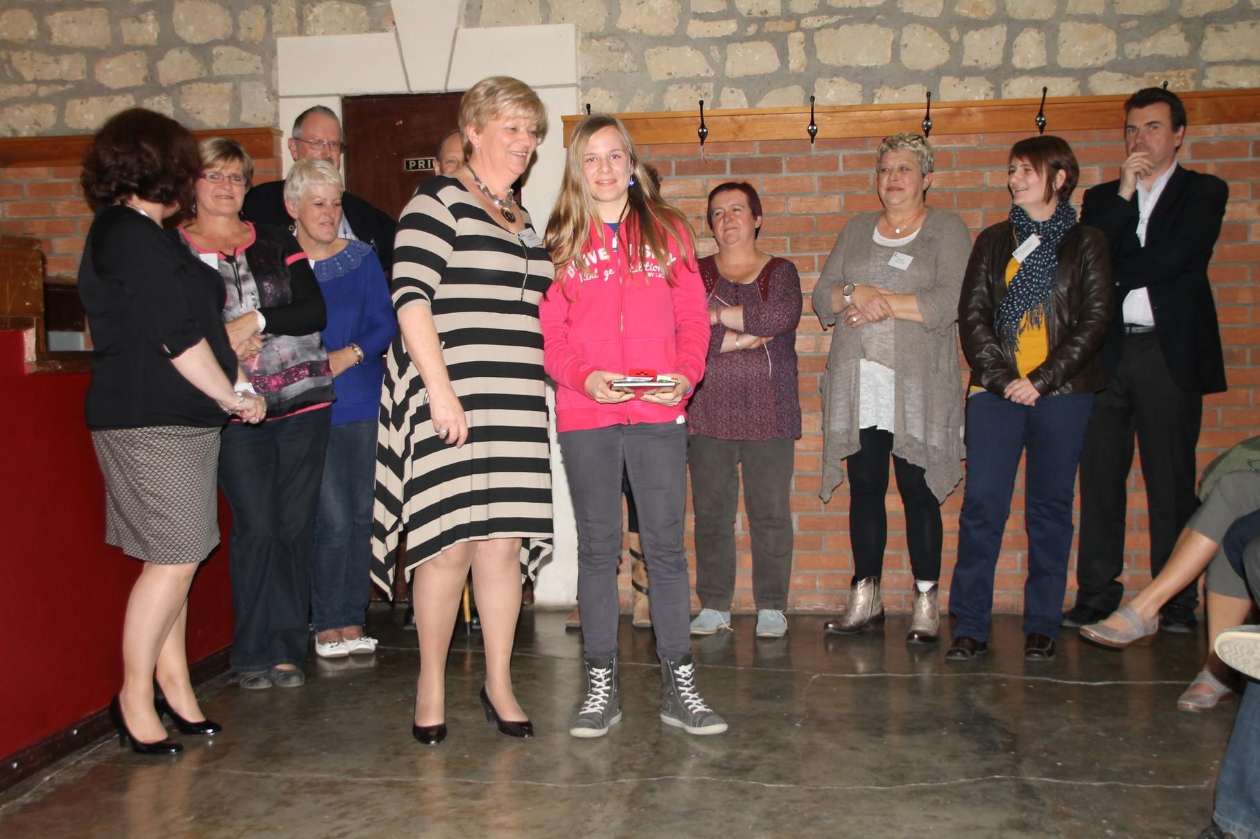 Maïly Moris reçoit le 13ème prix remis par Claire Potvin
