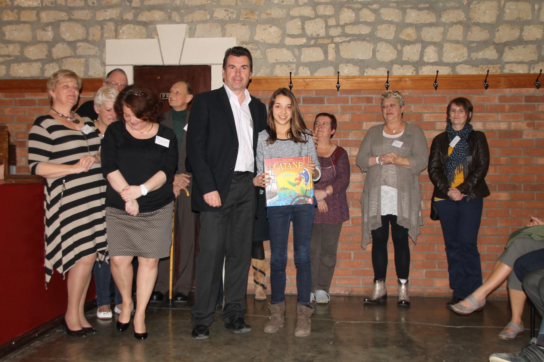 Salomé Gresse reçoit le 7ème prix remis par Serge Gonissen