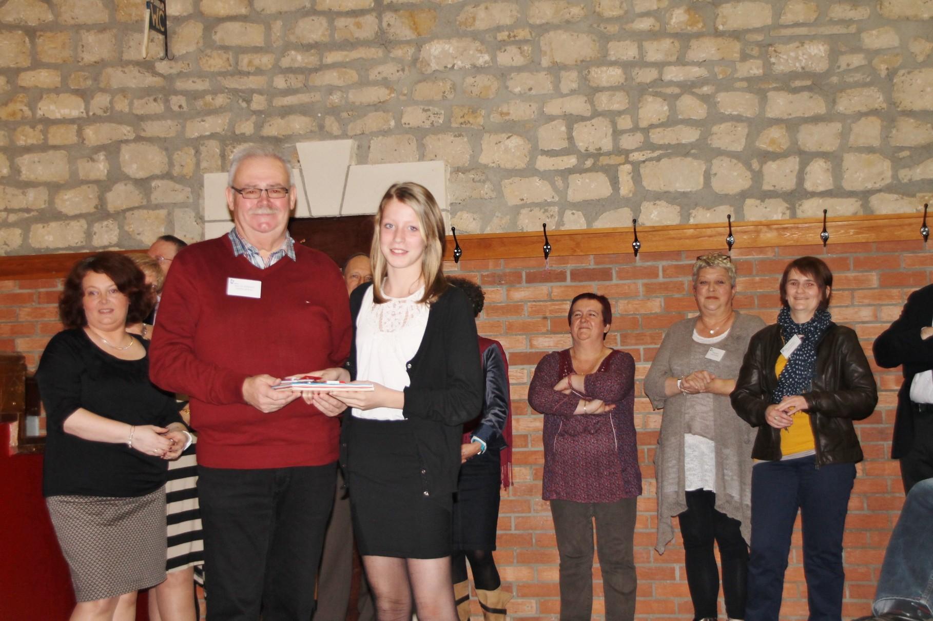 Louane Graisse reçoit le 12ème prix remis par Jean Pol Poncelet