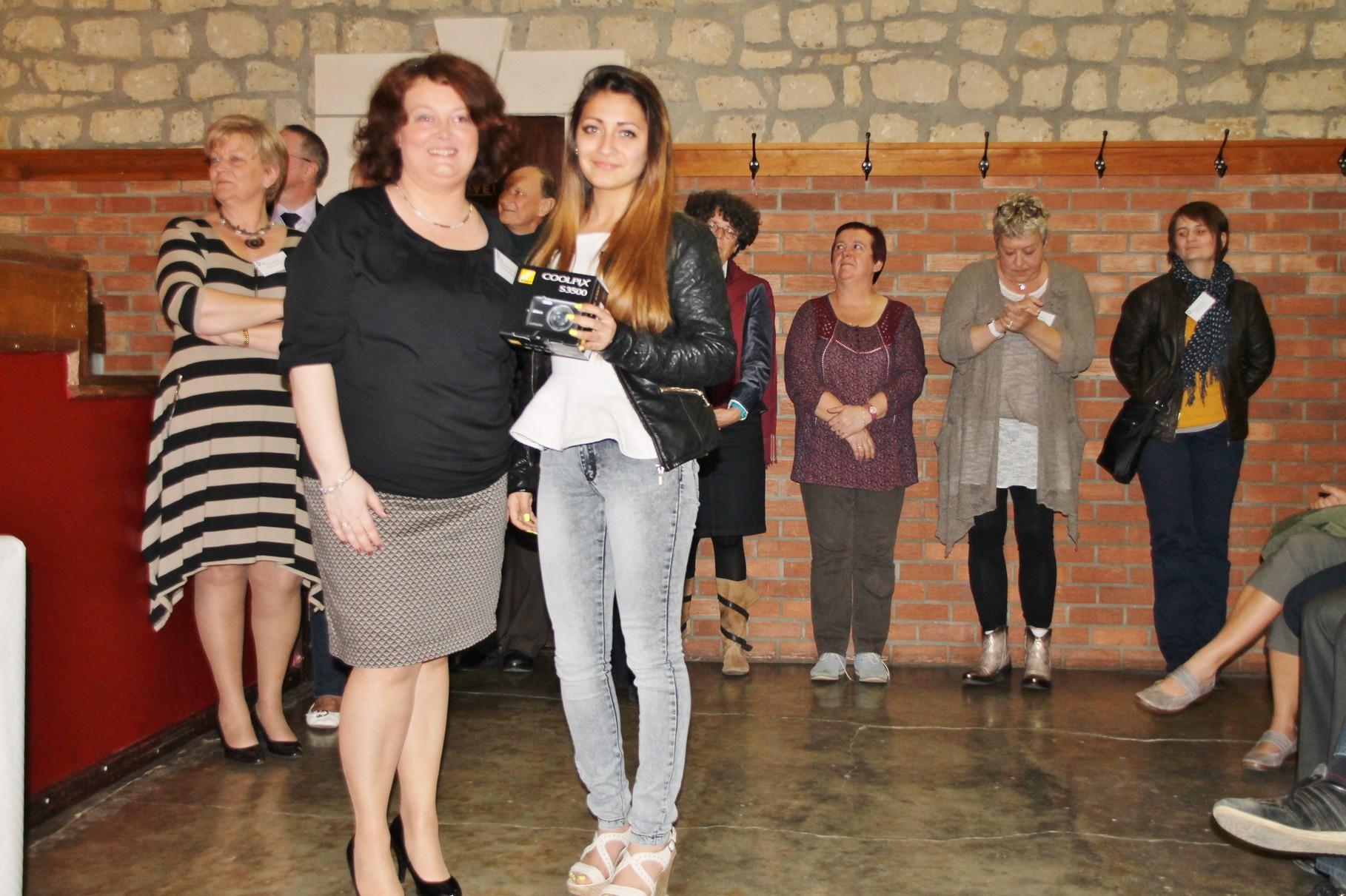 Isabella Furchy Reyes reçoit le 3ème prix remis par Christine Poncelet-Geimer