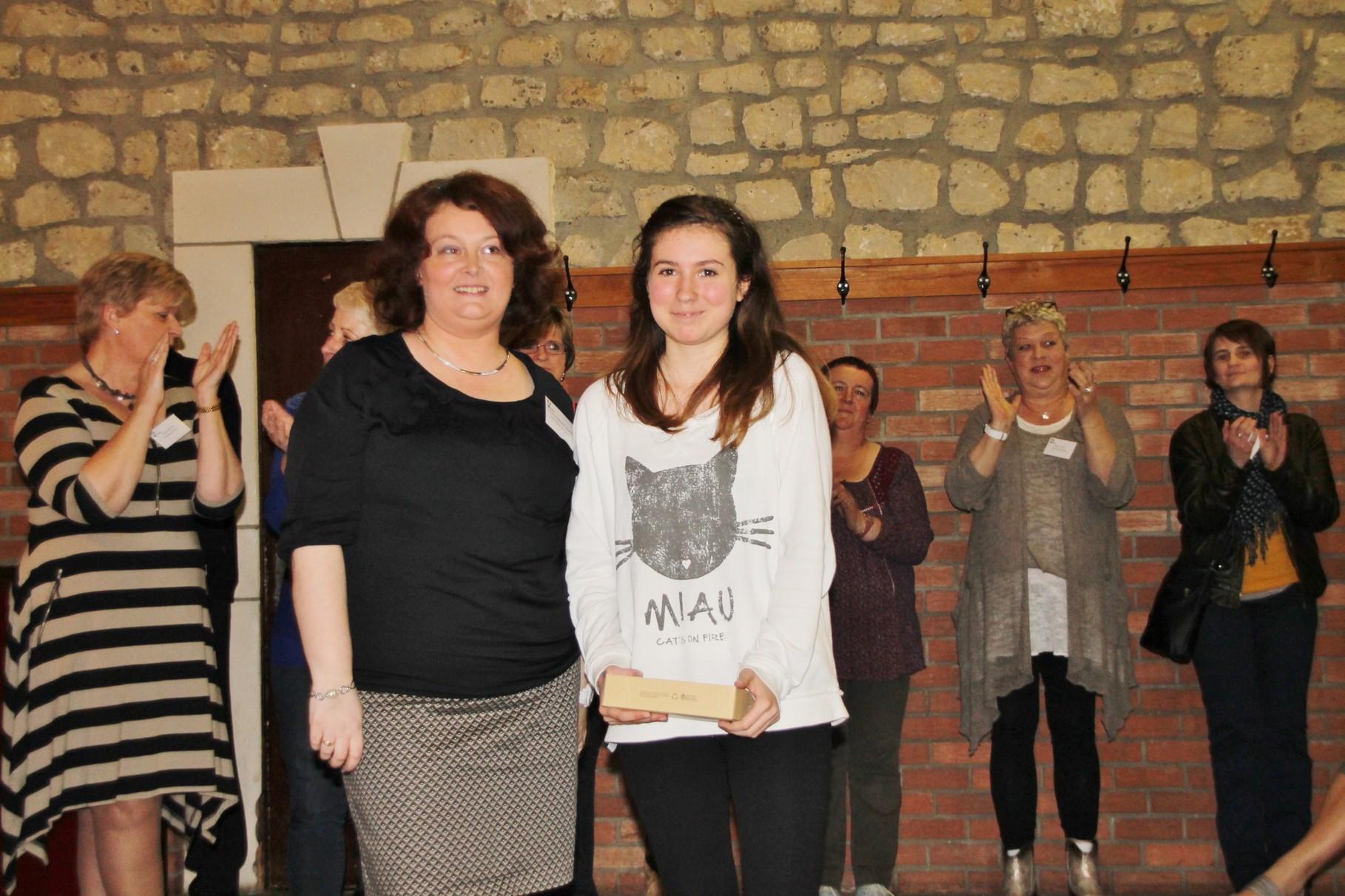 Sarah Bonventre reçoit le 1er prix remis par Christine Poncelet-Geimer