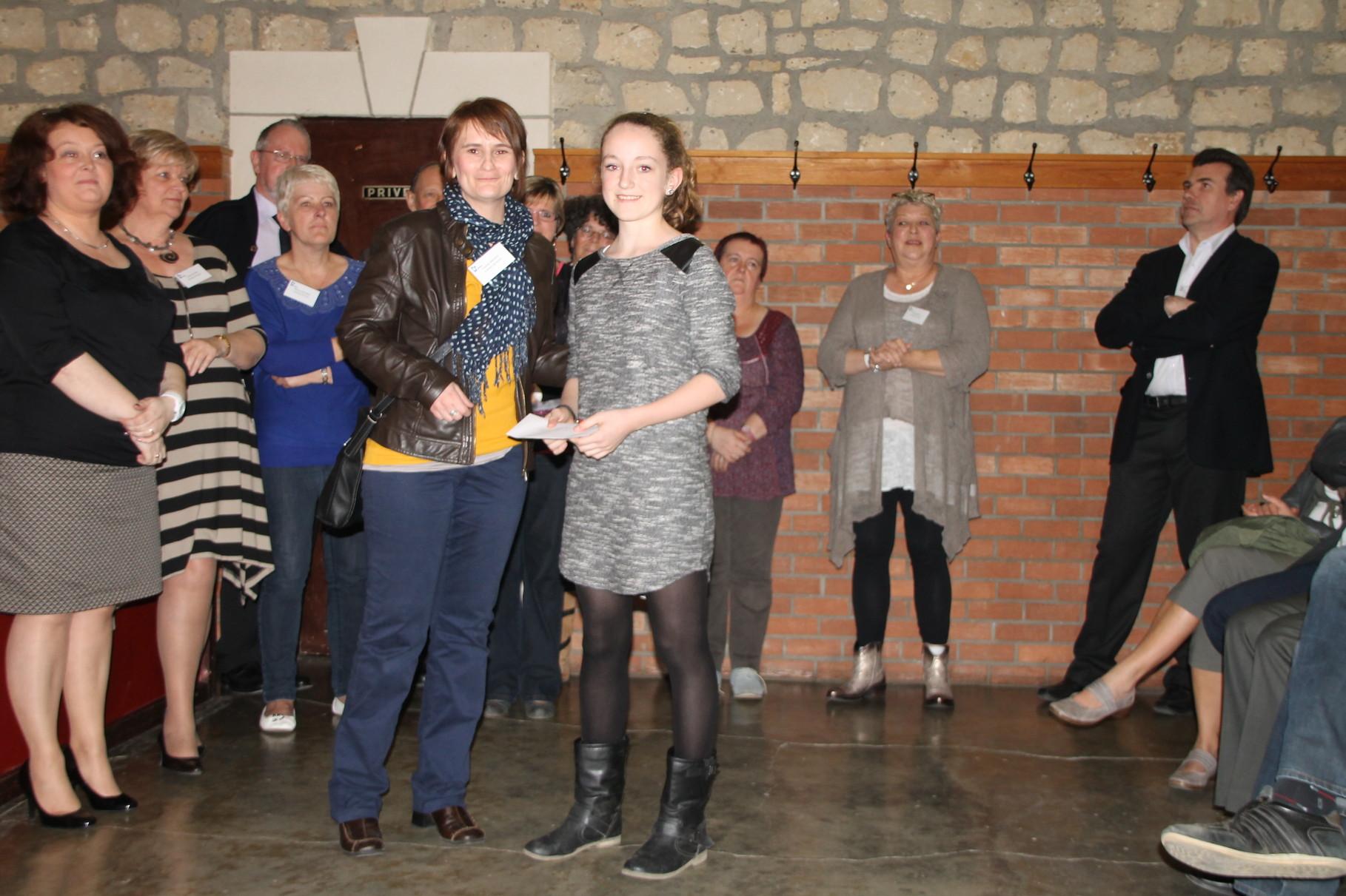 Marie Reding reçoit le 10ème prix remis par Claudia Massot