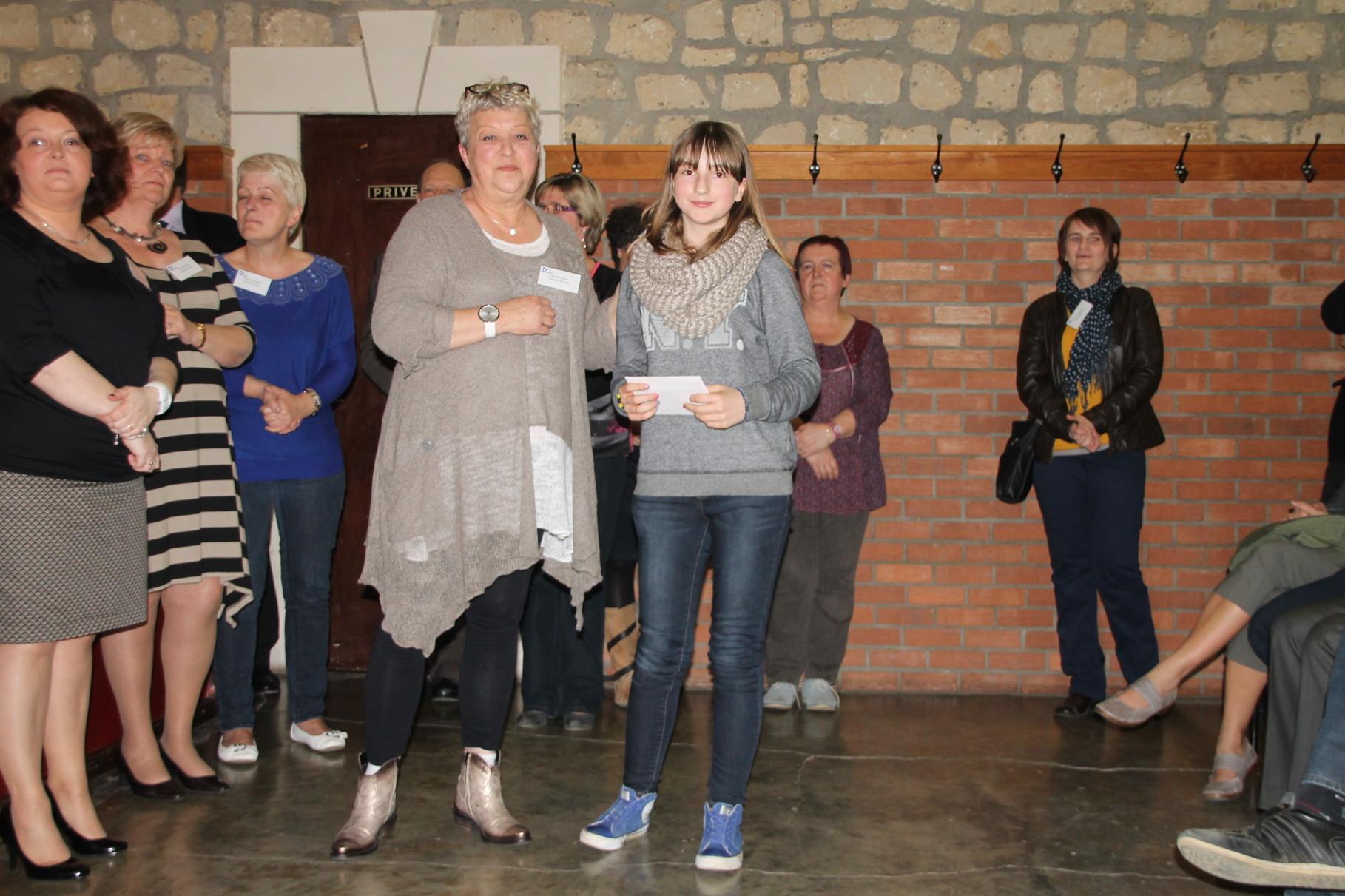 Sixtine Demeur reçoit le 4ème prix remis par Nicole Bovy