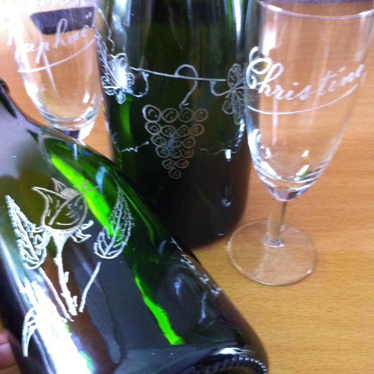 Les bouteilles gravées offertes à la LIR Arlon.
