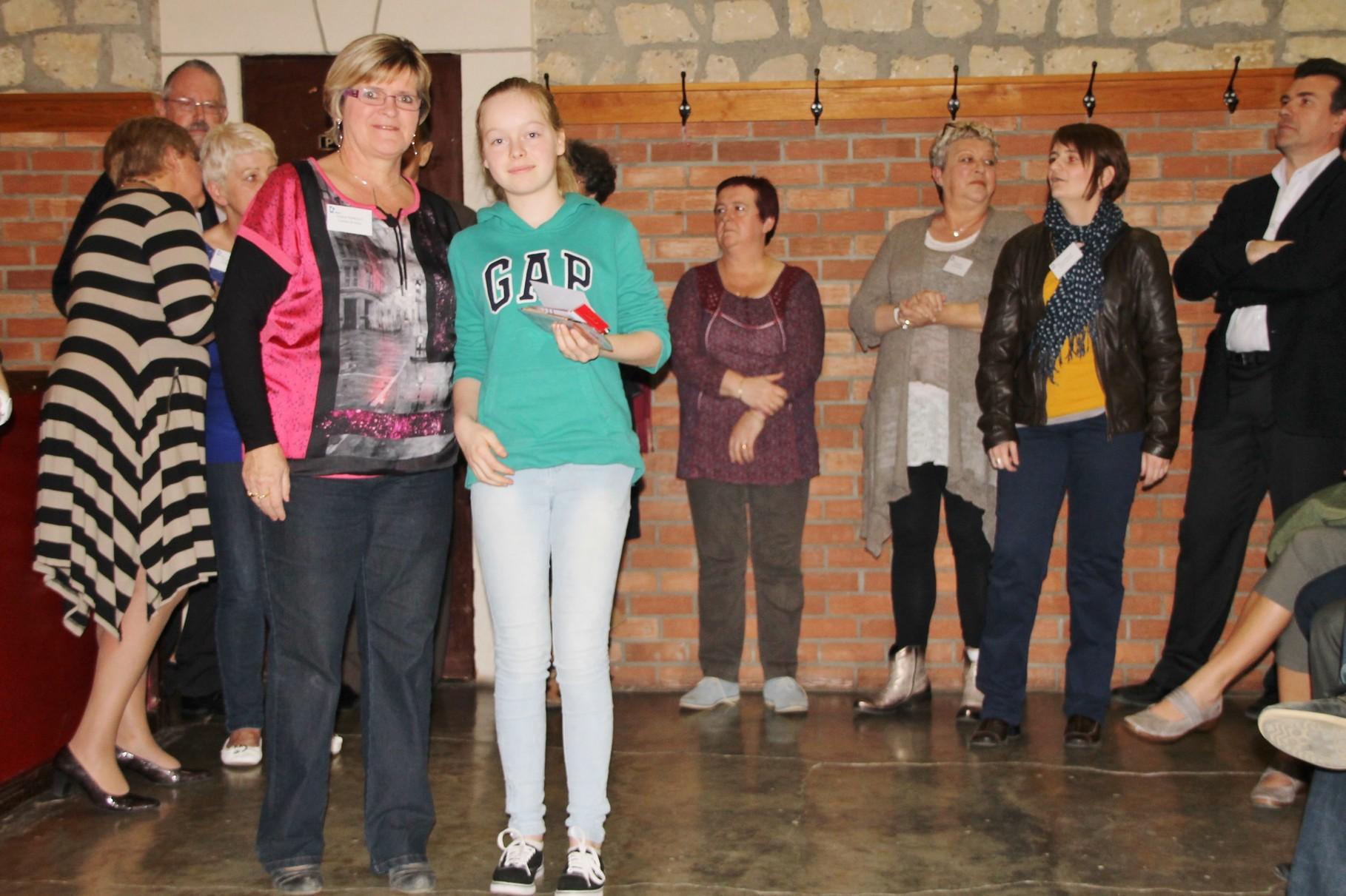 Alexia Winandy reçoit le 11ème prix remis par Ginette Poncelet