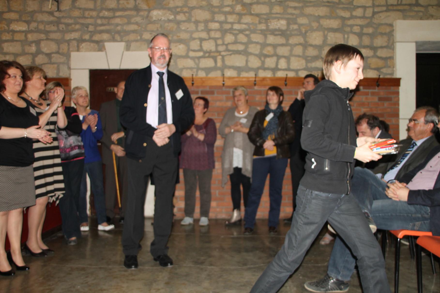 Simon Wamoes reçoit le 14ème prix remis par Marc Standaert