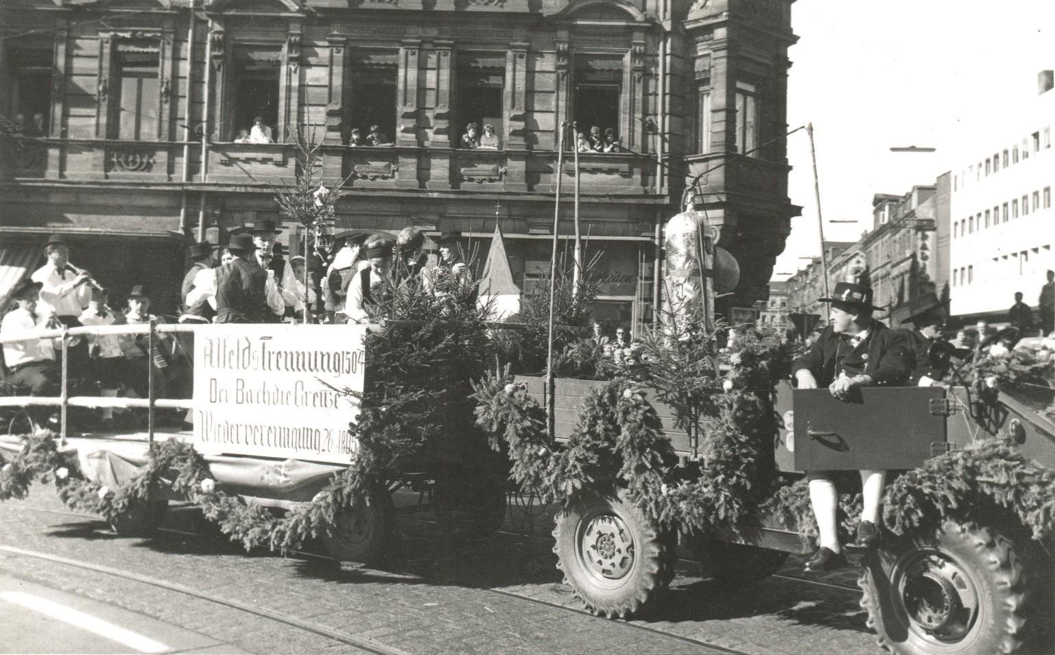 Abb. 12: Festwagen des Heimat- und Trachtenvereins Alfeld anlässlich des Erntedank-Festzuges zur Fürther Kirchweih 1962.