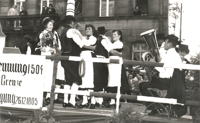 Abb. 13: Festwagen des Heimat- und Trachtenvereins Alfeld anlässlich des Erntedank-Festzuges zur Fürther Kirchweih 1962.