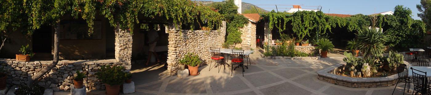 Panorama vom herrlichen Campingplatzzentrum - links die Sanitäranlagen, rechts das Mini-Restaurant