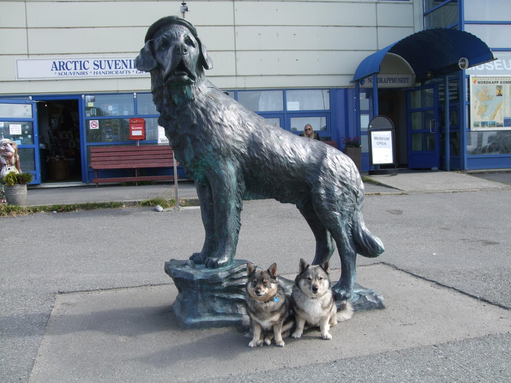 De zussen hebben veel gezien van Europa. Hier poseren ze bij het standbeeld van Bamse in Honningsvåg, in de buurt van de Noordkaap