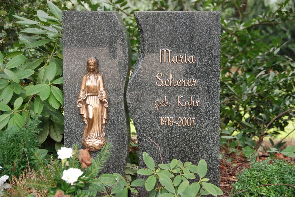 Grabstein aus Granit mit Bronze-Schrift und Bronze-Madonna