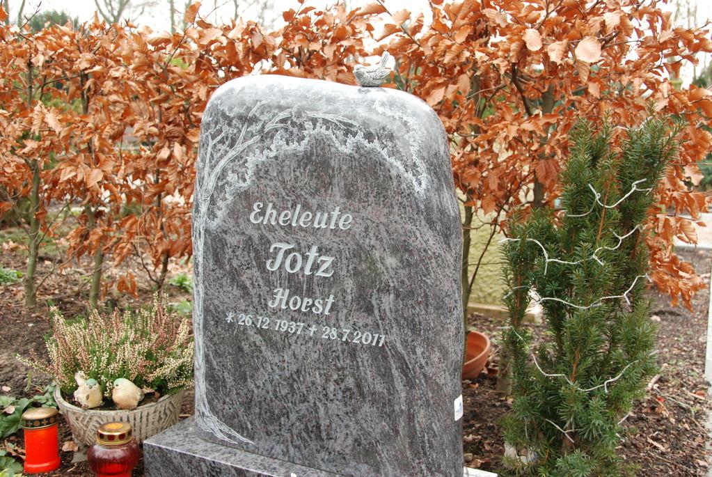 Grabstein aus Granit mit Baum-Gravur