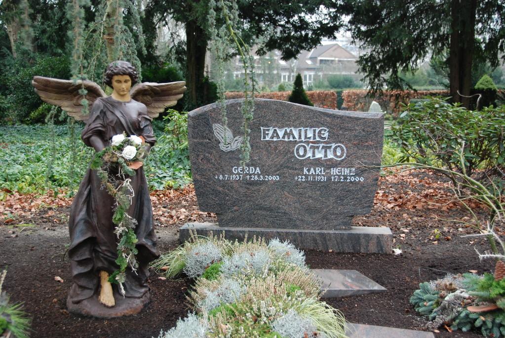 Grabstein aus Granit mit Engel-Skulptur