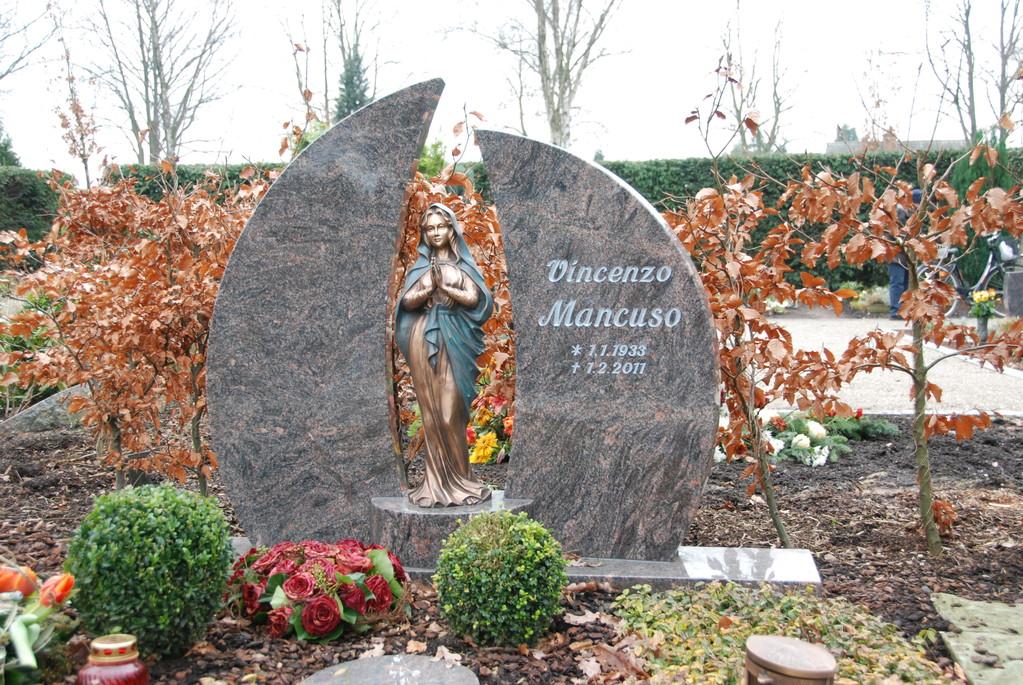 Grabstein aus Granit mit Bronze-Madonna
