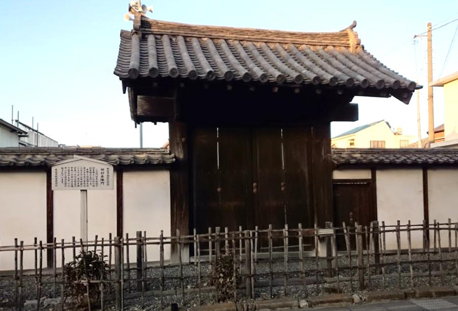 旧本庄警察署前に移築された「本庄宿田村本陣の門」