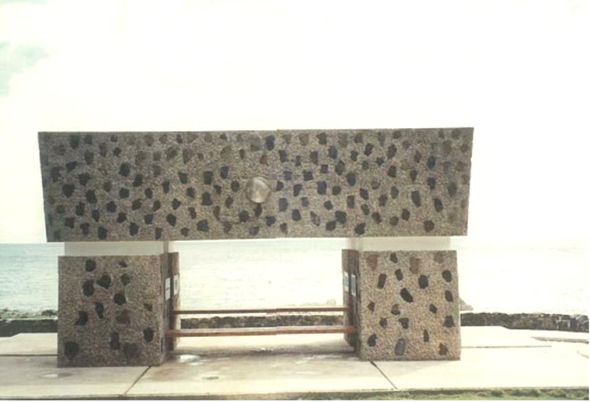 「西太平洋戦没者の碑」 ※碑は日本の方向を向いている
