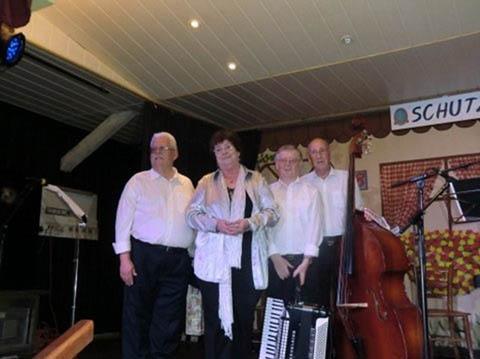 """Hedy mit (v.l.)  Gerhard Heger, Herbert Bäuml und Rudi Schaupp auf der Bühne zu """"15 Jahre ,Kommts's auf d'Schmelz'"""" am 29. September 2012  ©rb31"""