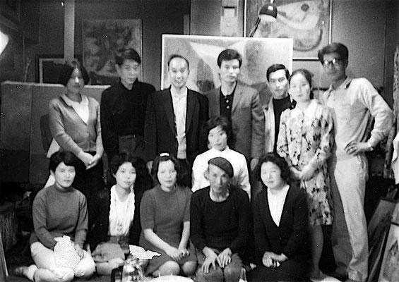 1964年あざみ会結成当時 アトリエにて 後列右端が吉村房雄(元加納)さん 前列右から2人目が安江先生 後列左から二人目