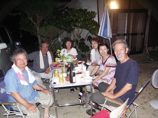 2009.8月 夏祭り 花火を観ながら一杯会 惠美子さんと結婚して間もない頃 右から房雄さん、奥さんの惠美子さん