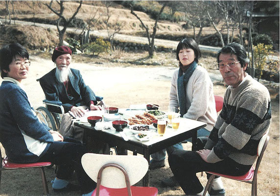 1998 早春の庭で安江先生と 右から房雄さん 編集委員の武内祥子さん(現・深谷) 安江先生 阿部治美さん