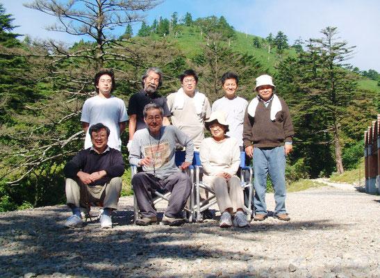 2003年8月 富士見台へキャンプ 後列左から2人目が吉村房雄(元・加納)さん