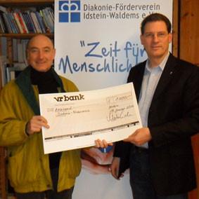 Architekt Norbert Schwarz (li.) überreicht den symbolischen Schenk an den Vorsitzenden des Diakonie-Fördervereins Pfarrer Eisele
