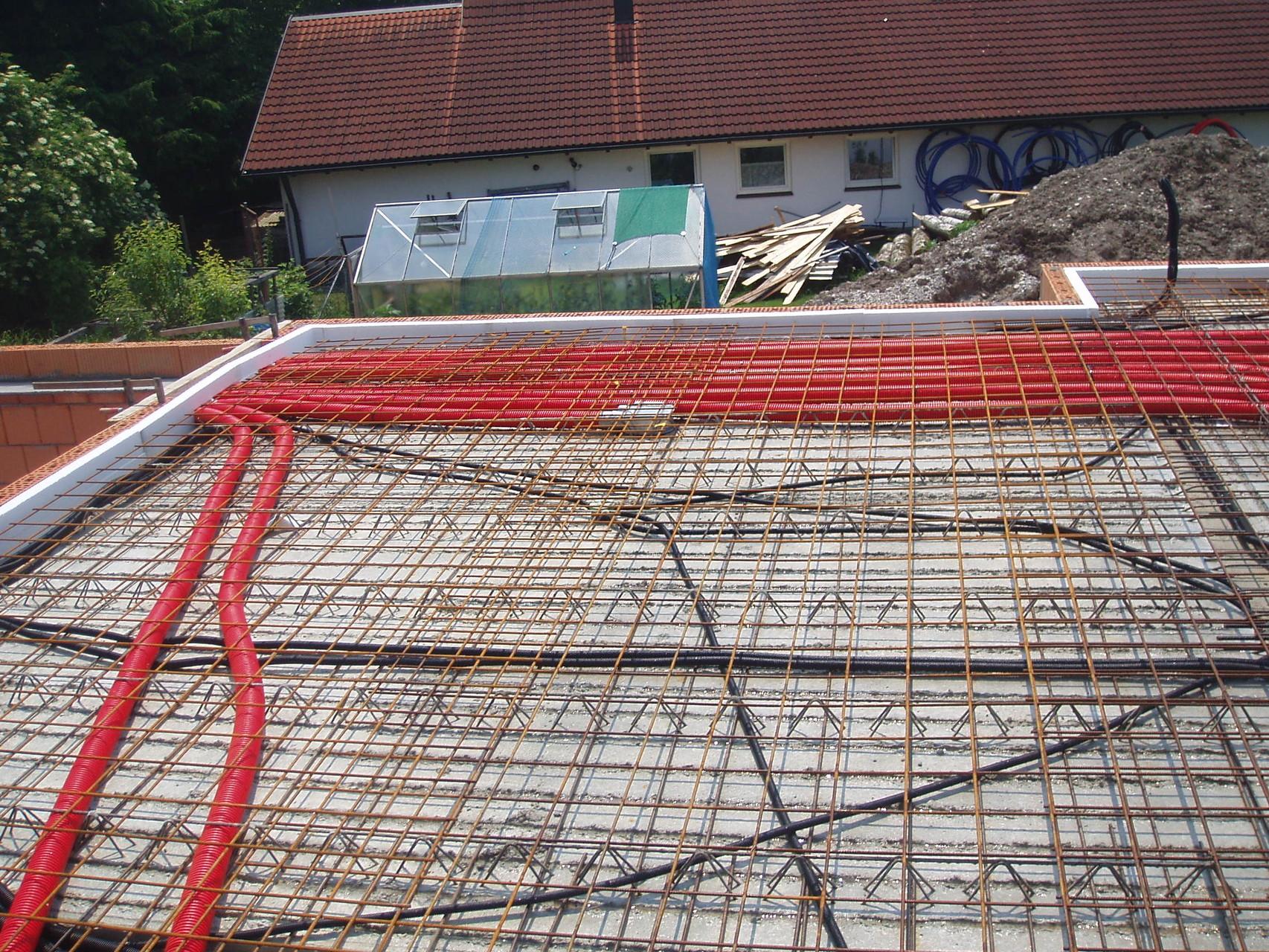 Verlegung von Lüftungsrohren für die Kontrollierte Wohnraumlüftung in einem Einfamilienhaus.
