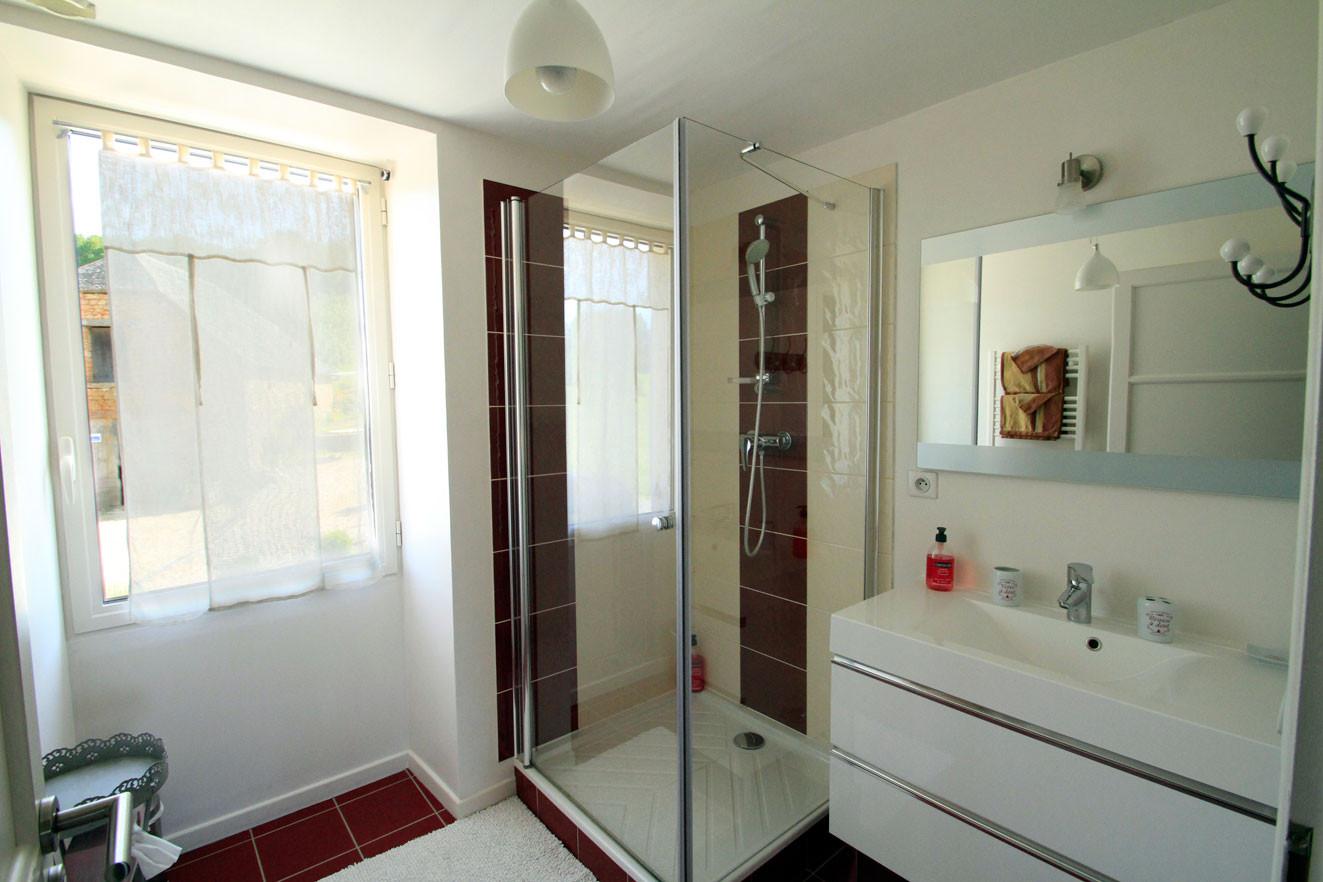 Chambre les Camélias de Madeleine, Salle de bain, vue sur la piscine