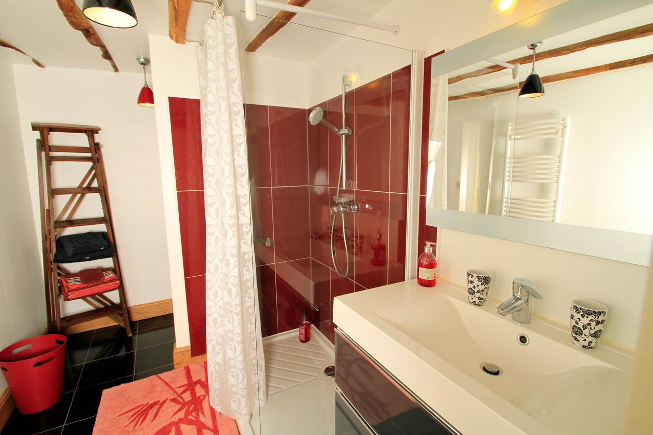 Chambre Les Gourmandises de Mathilde, salle de bain spacieuse avec bac de douche à l'italienne