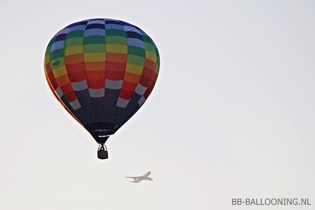 Onze ballon en een opstijgende 747 vanaf MAA