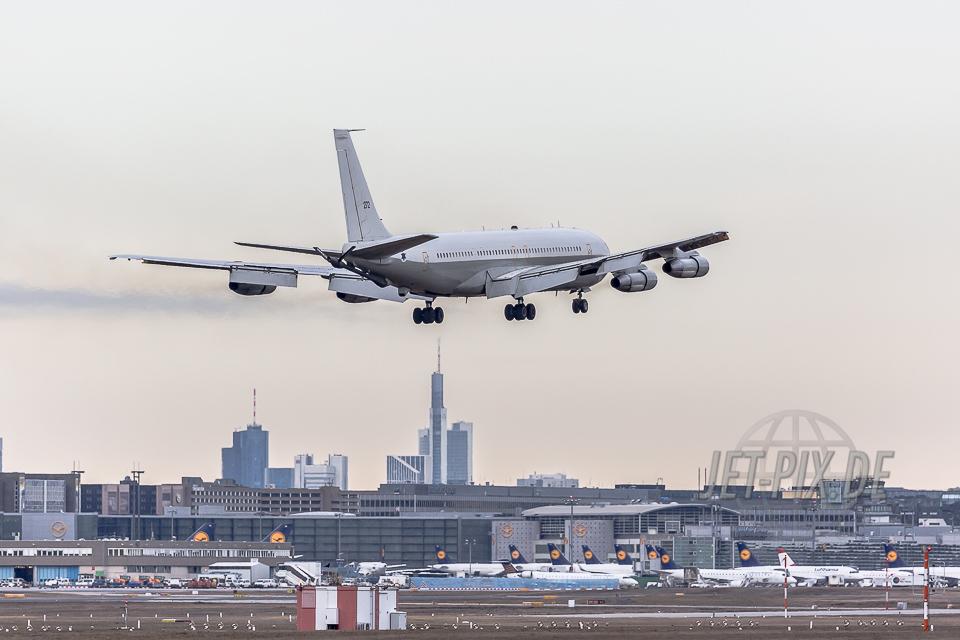 Israel Air Force Boeing 707-3L6C EDDF Frankfurt 05.02.2017 Landung Kerosin Rauch welch ein Sound Skyline im Hintergrund