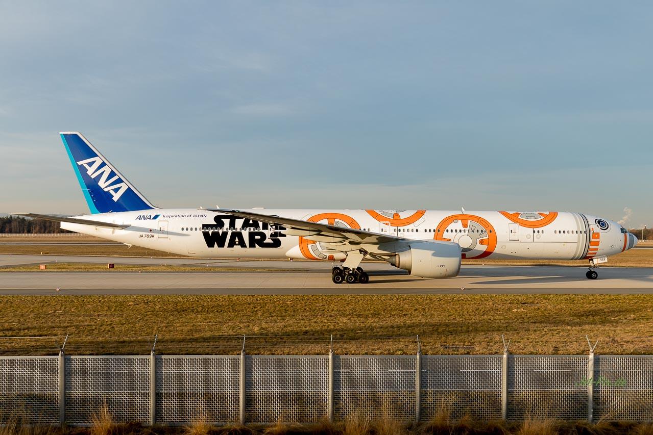 """JA789A ANA Boeing 777-381(ER) """"Star Wars - BB-8 / Special colours""""  ANA Star Wars BB-8 landet auf der Nordwestbahn in Frankfurt am Mein bei bestem Licht im Winter klare Luft goldenes Bild"""