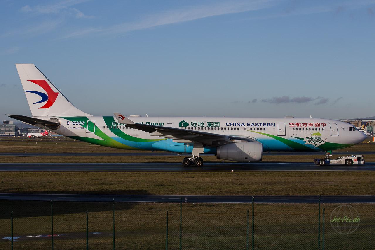Greenland Group China Eastern Airbus A330 wird an der A5 vorbeigezogen