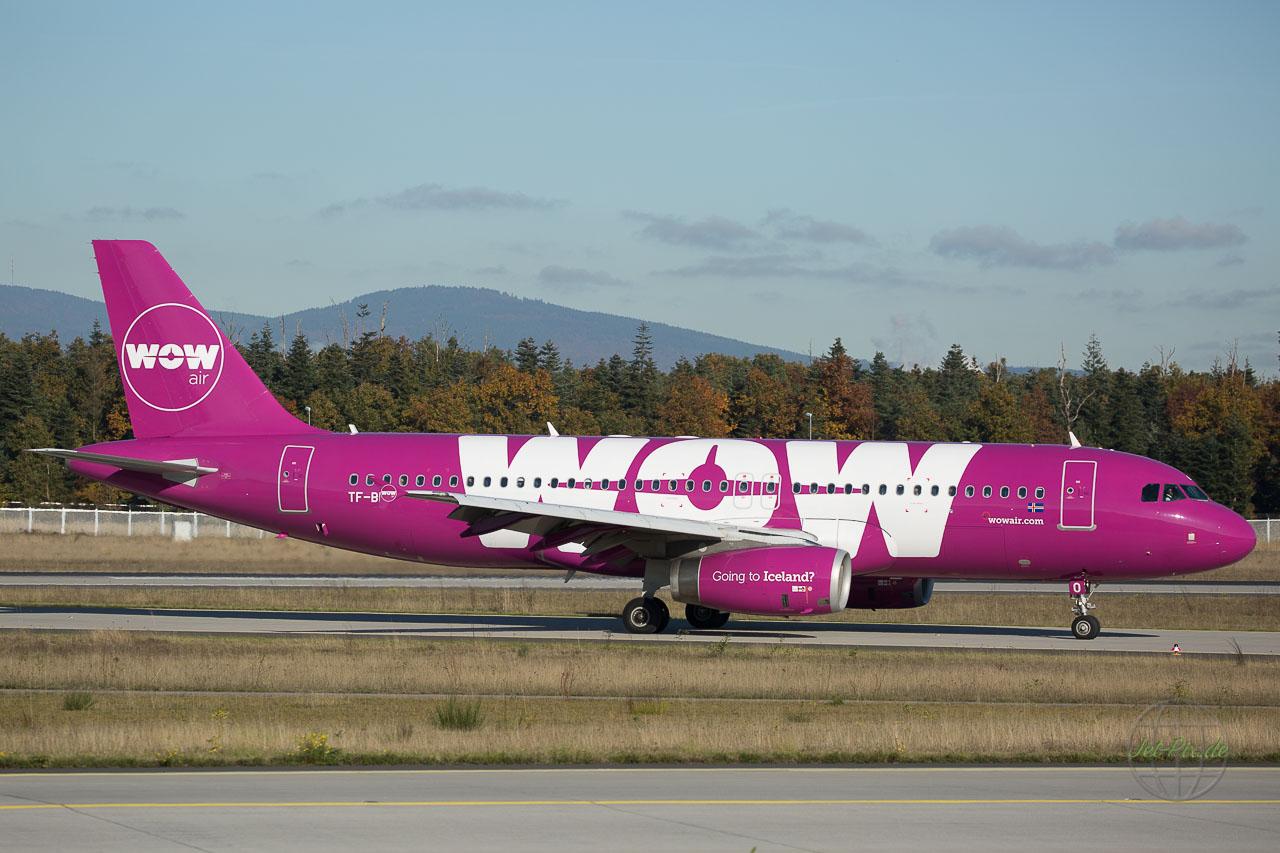 TF-BRO WOW Air auf der Nordwestbahn