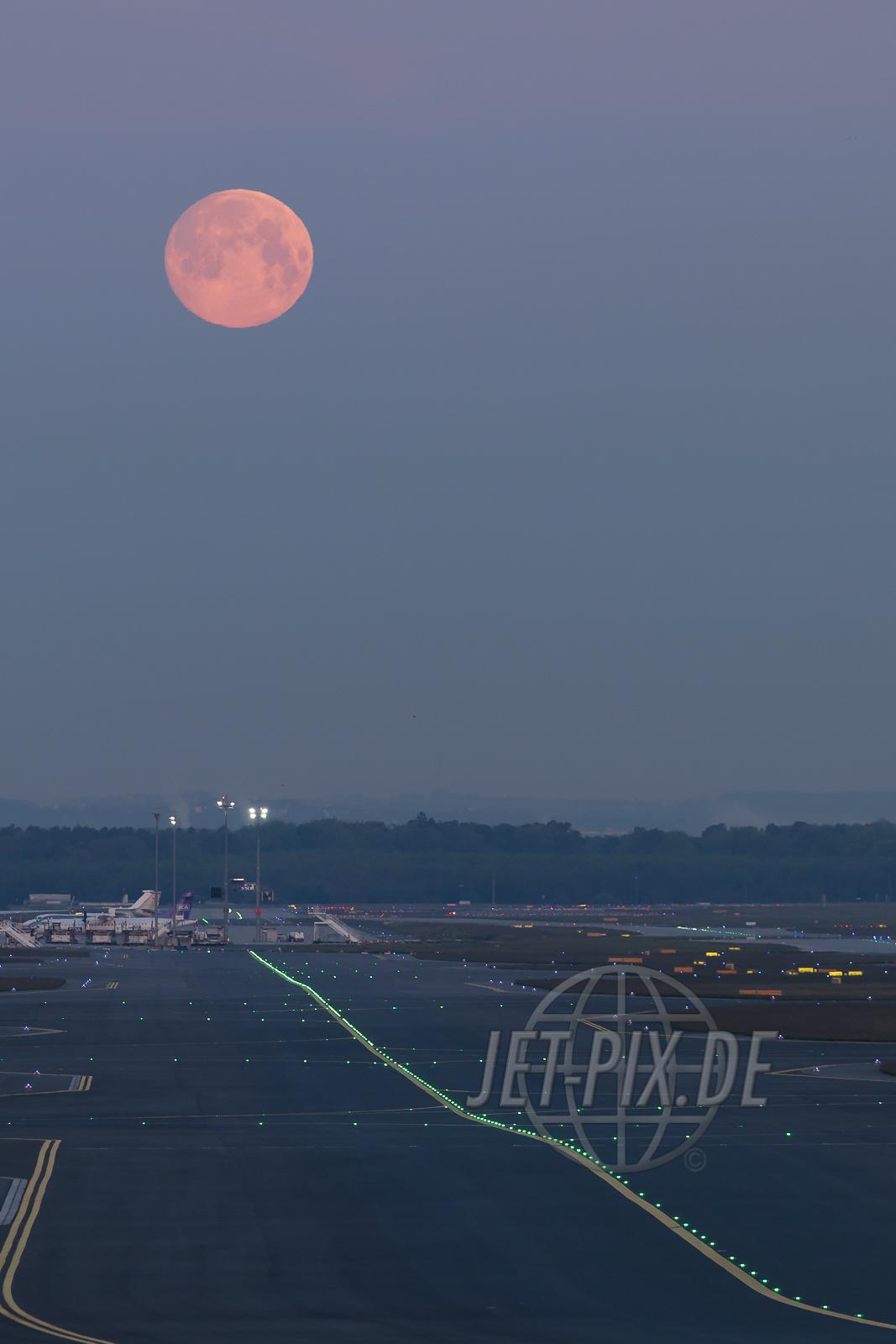 Mond 2017 05 10 EDDF Frankfurt Mondschein Start Landung Zeppelinheim Frankfurter Flughafen