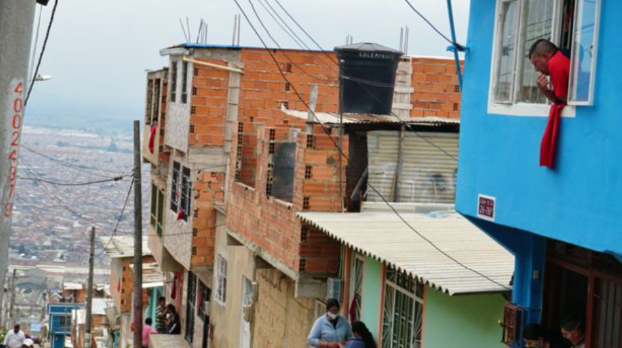 Red rag hanging from the window of a Soacha house signaling a call for help and food from the people in the home (April 20, 2020 photo. Daniel Pardo, BBC Mundo correspondent in Colombia)