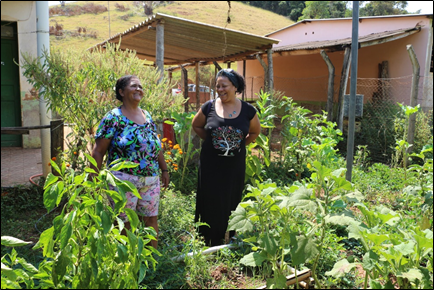 Woman farmer with agronomist from CTA-ZM in front of her vegetable garden, Zona da Mata. Photo: Wanessa Marinho, CTA-ZM archives.