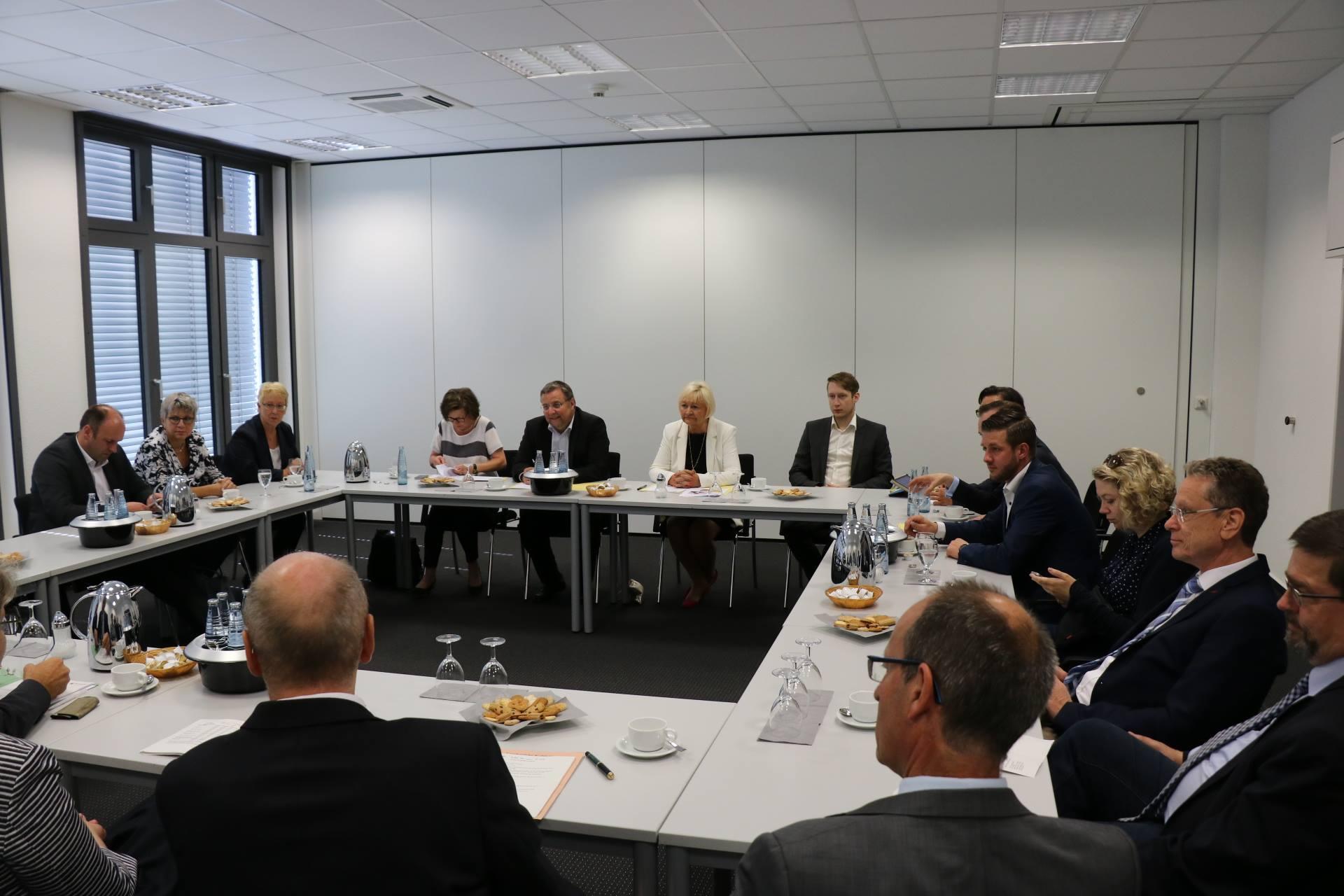 An die Führung schließt sich ein Gespräch mit den Vorsitzenden der Koblenzer Gerichte an. Themen sind die aktuelle Situation und Herausforderungen der Justiz sowie die Auswirkung politischer Entscheidungen auf die Justiz.